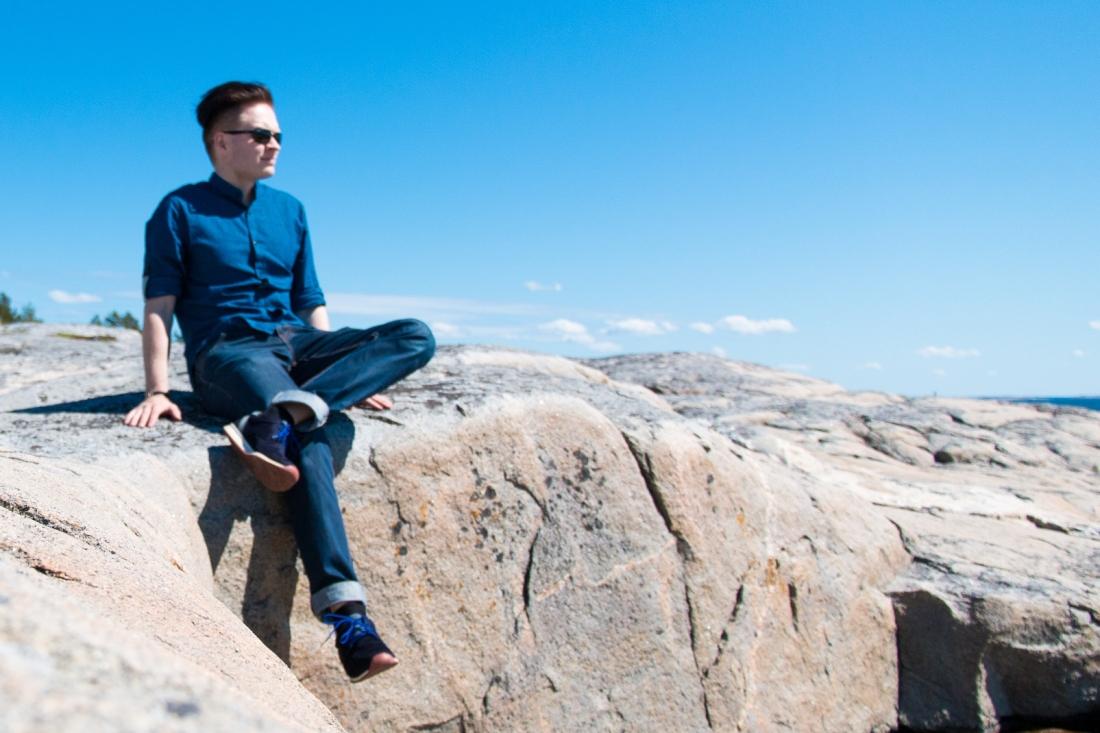 Kosti istuu kalliolla Isokarin saarella