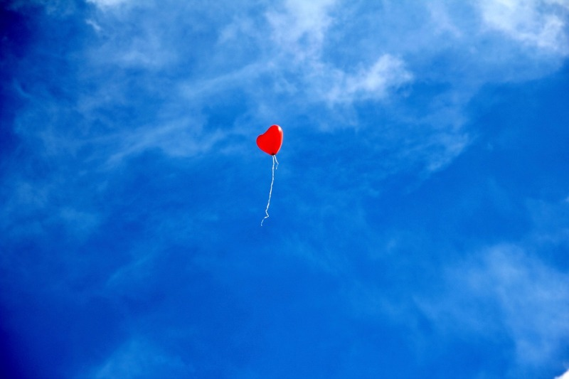 Sydämen muotoinen ilmapallo sinistä taivasta vasten